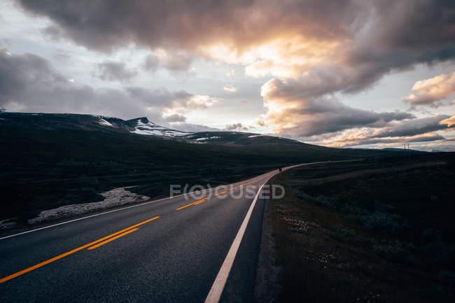 Strada asfaltata in pianura — Foto stock