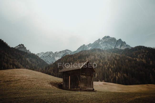 Cabane sur plaine en montagne — Photo de stock