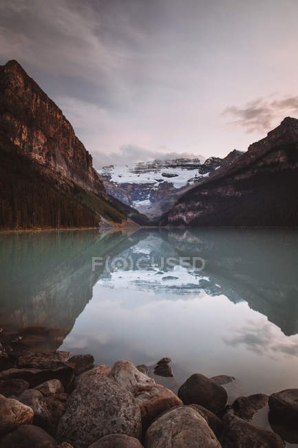 Reflection of mountains in lake — Stock Photo