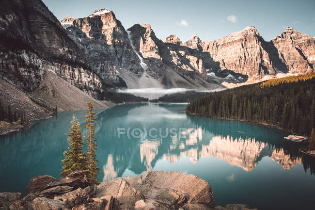 Blue lake in snowy rocks — Stock Photo
