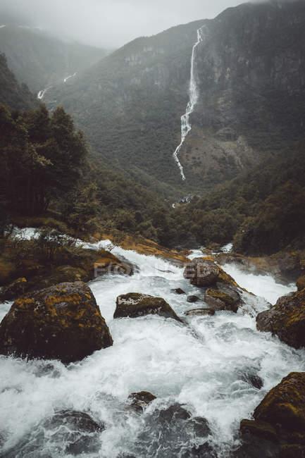 Водный поток в горах — стоковое фото