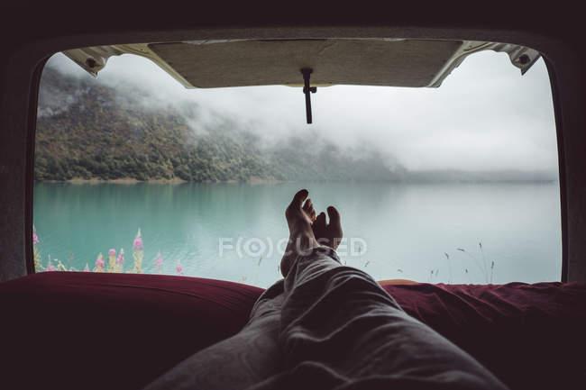 Ernte-Person im van auf Landschaft — Stockfoto