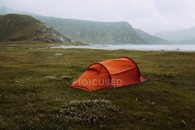 Rotes Zelt in uttakleiv area — Stockfoto