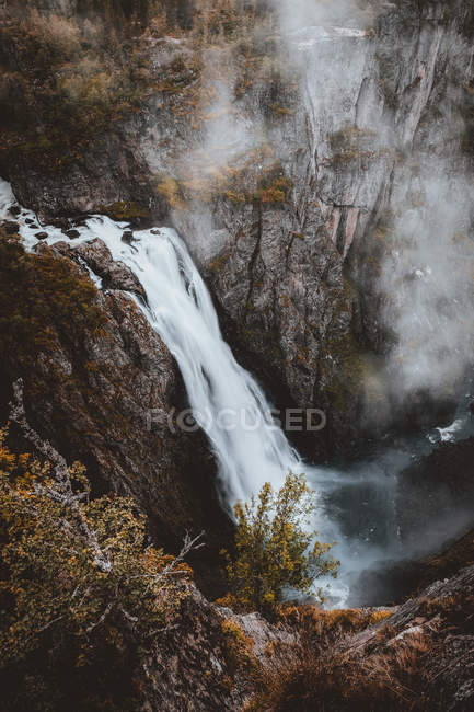Waterfall in rocky cliff — Stock Photo