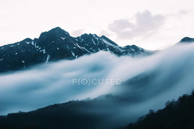 Туман на схилі гори — стокове фото