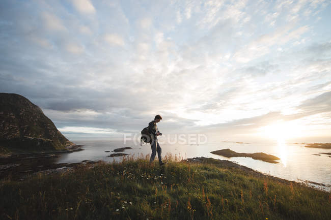 Man with backpack on landscape — Stock Photo