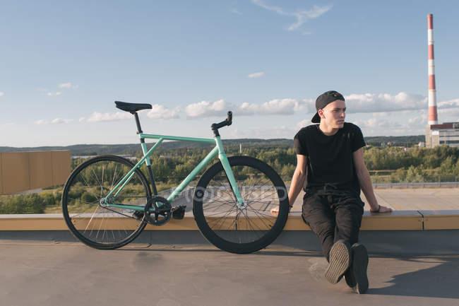 Мальчик рядом с велосипедом — стоковое фото