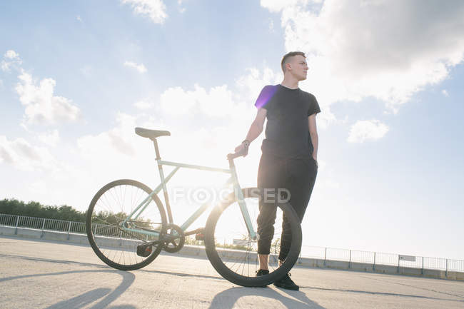 Мальчик стоит с велосипедом — стоковое фото