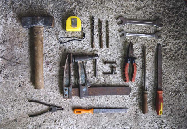 Vue directement au-dessus du charpentier des outils sur la surface du béton — Photo de stock