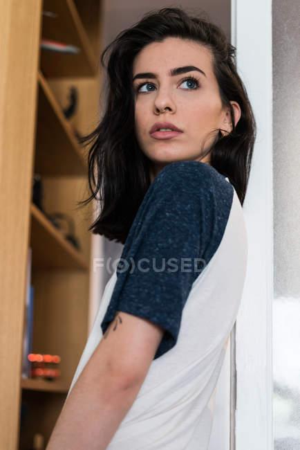 Jeune femelle en tshirt vous cherchez loin — Photo de stock