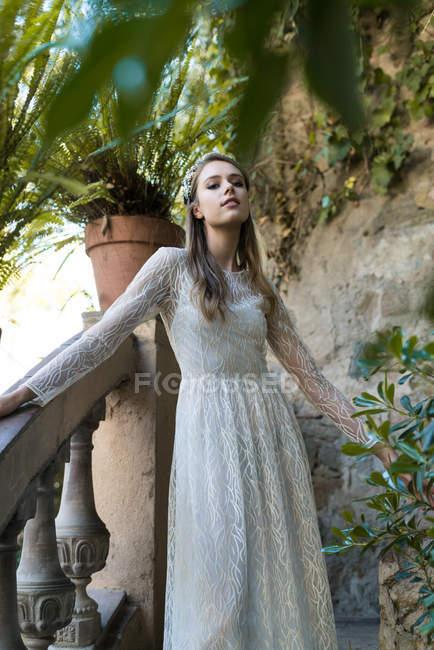 Женщина в белом свадебном платье — стоковое фото