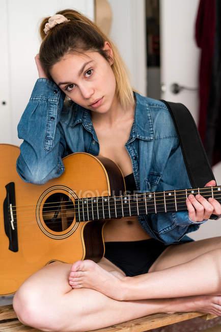 Mujer joven con guitarra - foto de stock