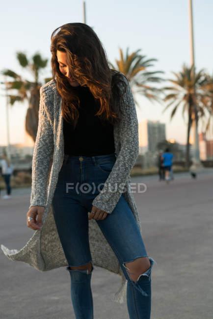 Trendy giovane donna in posa — Foto stock