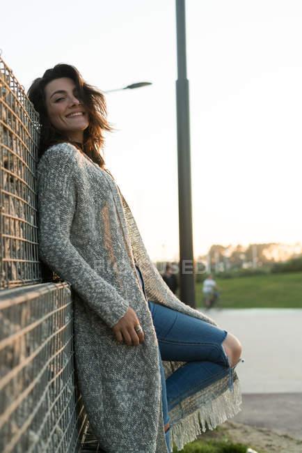 Смеющаяся стильная женщина в позе — стоковое фото