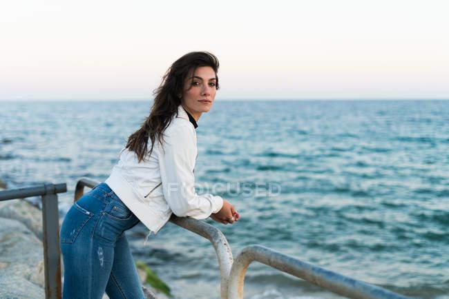 Уверенно выглядящая молодая женщина — стоковое фото