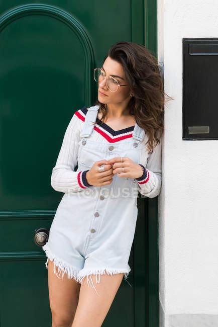 Joven mujer con estilo en la calle - foto de stock