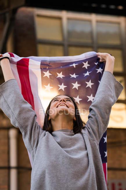 Красивая девушка с флагом США — стоковое фото