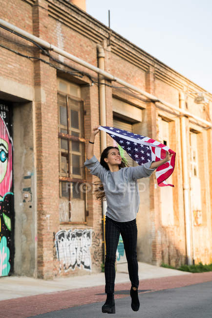 Женщина под флагом США — стоковое фото