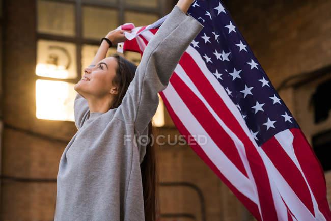 Женщина с флагом США — стоковое фото