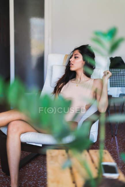 Жінка сидить у кріслі — стокове фото