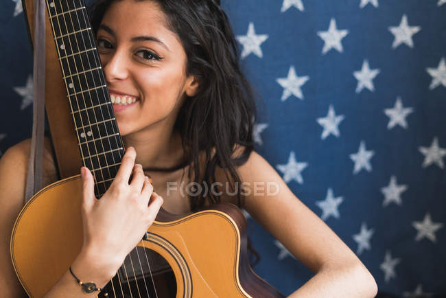 Mujer sonriente con guitarra - foto de stock