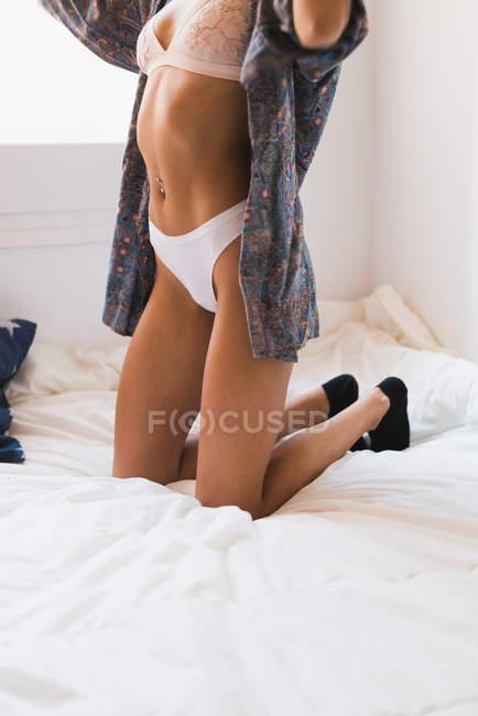 Donna sul letto — Foto stock