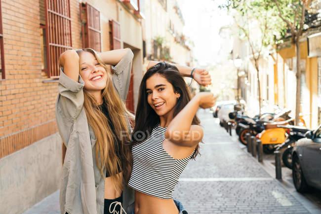 Chicas guapas bailando en la calle - foto de stock