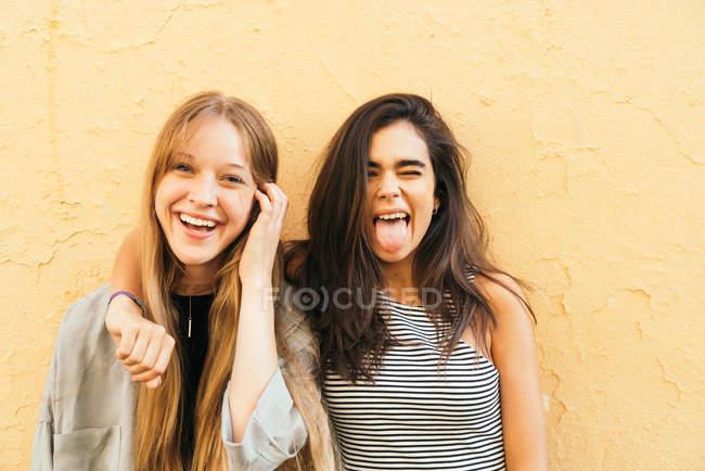 Teen Freundinnen posieren auf gelb — Stockfoto