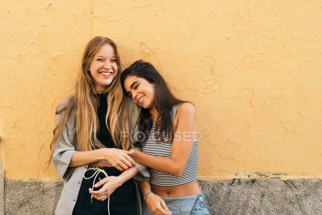 Красивые улыбающиеся подростки — стоковое фото
