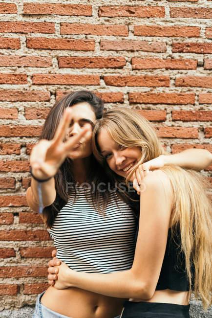 Смеющиеся девушки на желтом — стоковое фото