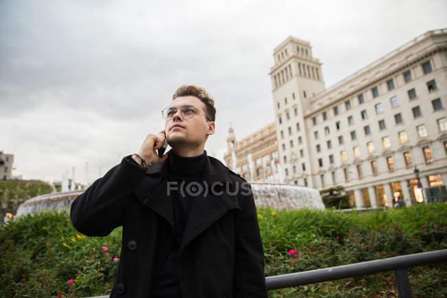 Веселый человек, разговор по телефону — стоковое фото
