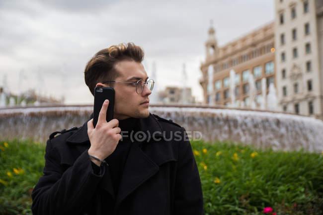 Человек, разговор по телефону — стоковое фото
