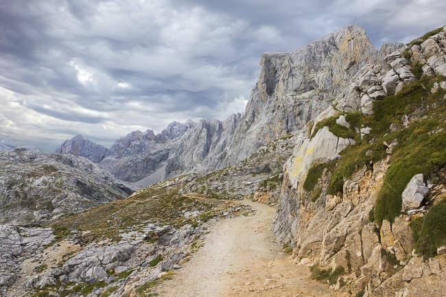 Sentiero che conduce in cima alle Asturie — Foto stock