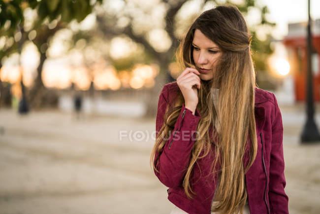 Nachdenkliche Frau, die nach unten schaut — Stockfoto
