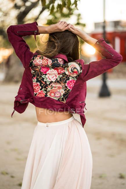 Jovem feminino em roupas brilhantes — Fotografia de Stock