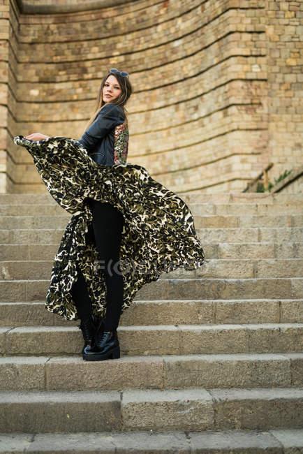 Красивая женщина позирует на лестнице — стоковое фото