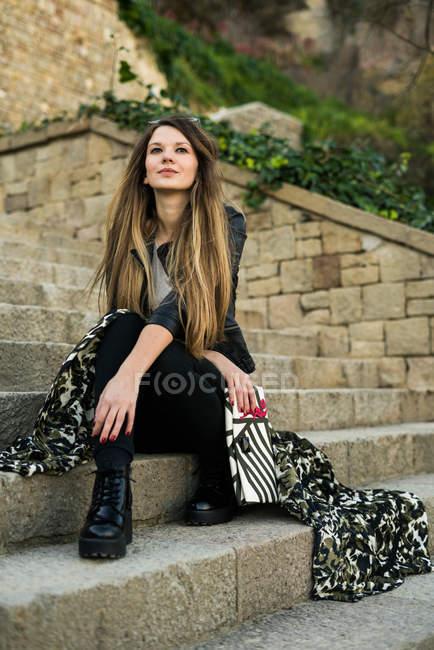 Nachdenkliche modische Frau, die wegschaut — Stockfoto