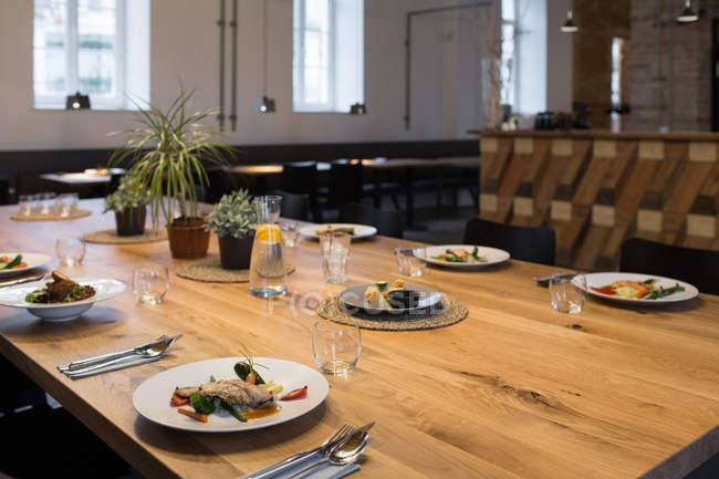 Крупним планом view подається страви, а у кафе — стокове фото