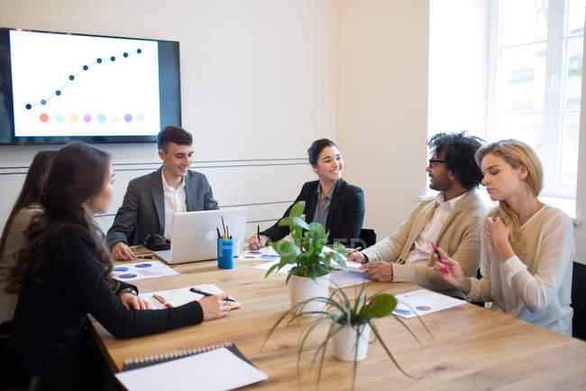 Fröhlichen Kollegen bei der Sitzung im modernen Büro — Stockfoto
