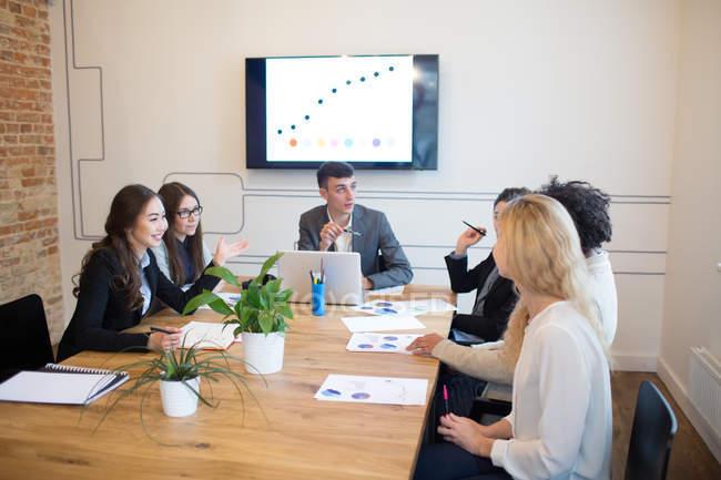Jeunes collègues brainstorming lors d'une réunion dans un bureau moderne — Photo de stock