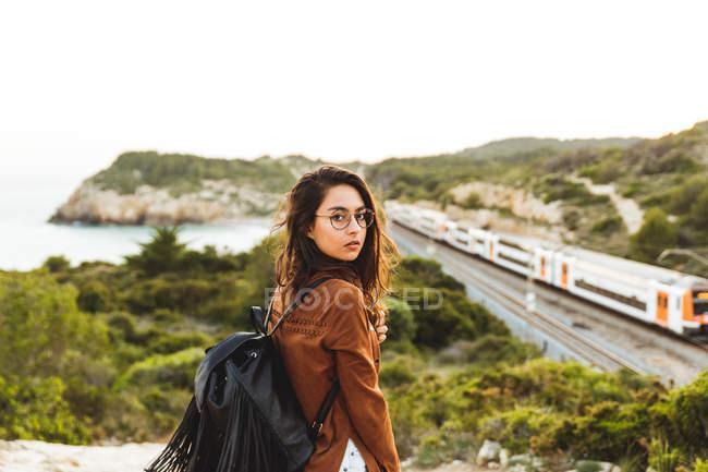 Девочка смотрит через плечо на камеру — стоковое фото