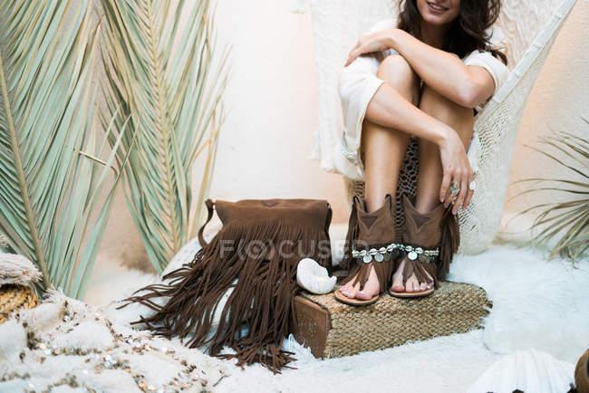 Femme embrassé ses genoux — Photo de stock