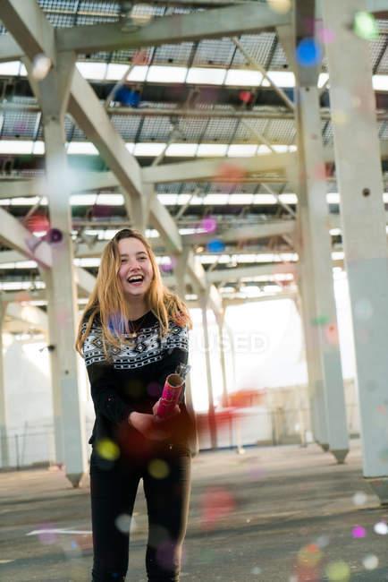 Jovem mulher vomitando confete — Fotografia de Stock