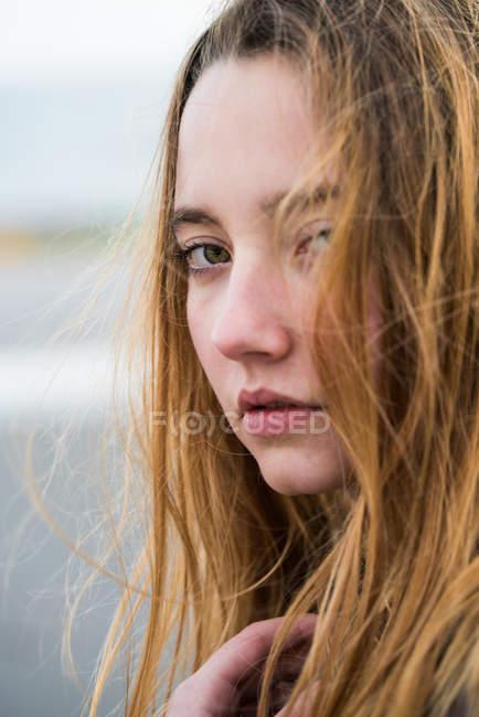 Молодая девушка с красными волосами. — стоковое фото