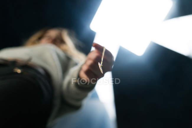 Mujer sosteniendo colgante - foto de stock