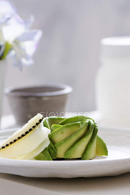 Avocat apéritif au fromage sur plateau blanc — Photo de stock