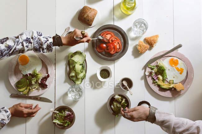 Люди едят, сверху вид — стоковое фото