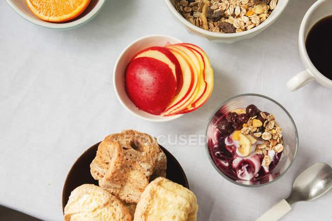 Сверху вид здорового завтрака на столе — стоковое фото