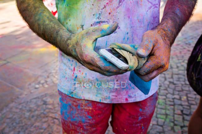 Чоловічої руки з мобільного, загорнутим в тканину — стокове фото