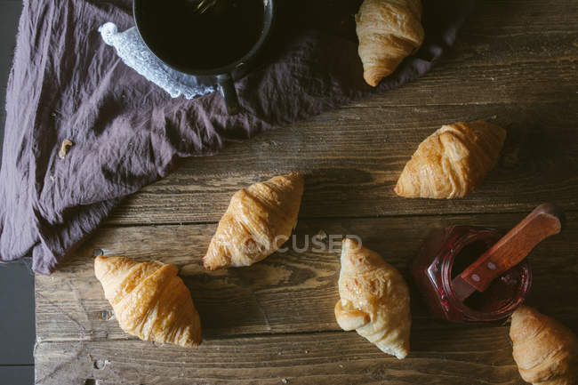 Croisants з чашкою на дерев'яні таблиці — стокове фото